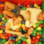 Comida en familia con piscina de bolas