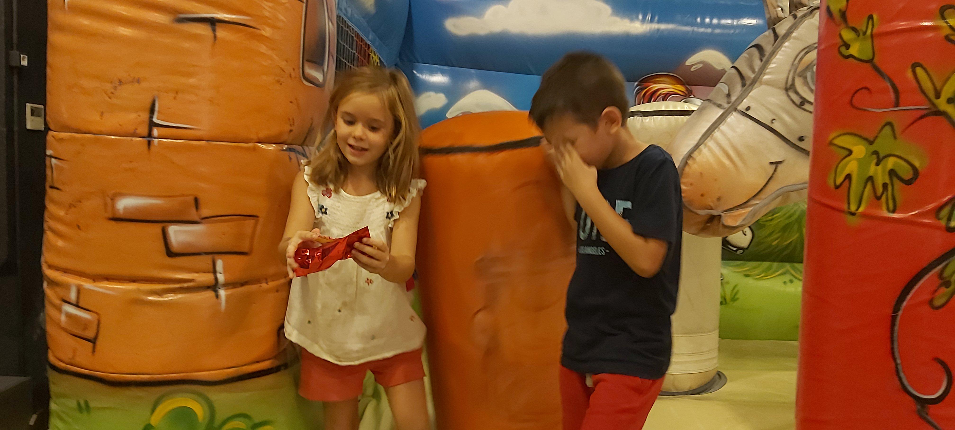 Niños se divierten en el Scape Room en inglés