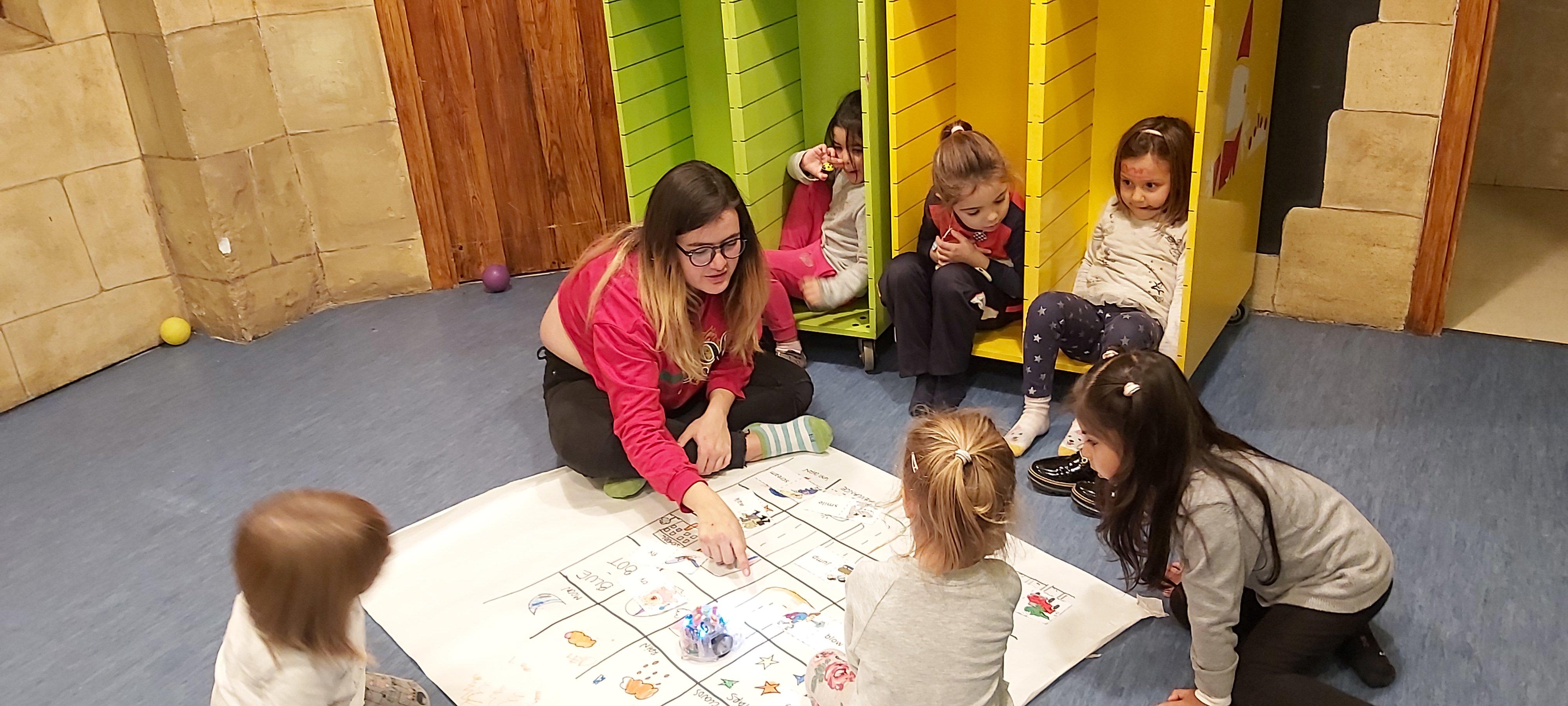 niños aprenden con bluebot en inglés